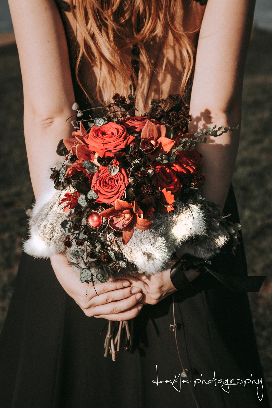 Bruidsboeket rood met broche. Foto: D-eYe Photography