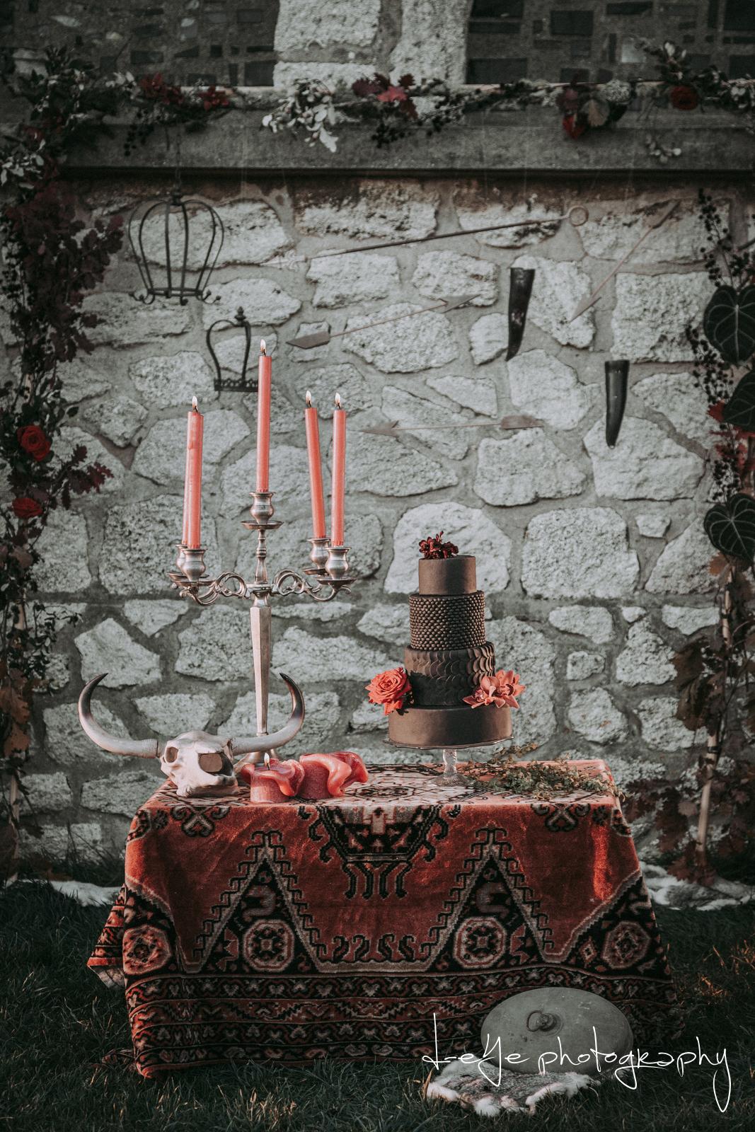 Gestylde tafel Game of Thrones shoot zwarte taart. Foto D-eYe Photography
