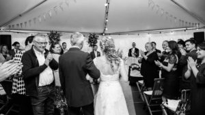 Vader geeft bruid weg. Foto Sibon fotografie