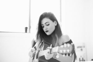 Vrouw speelt gitaar. Foto Fezbot2000