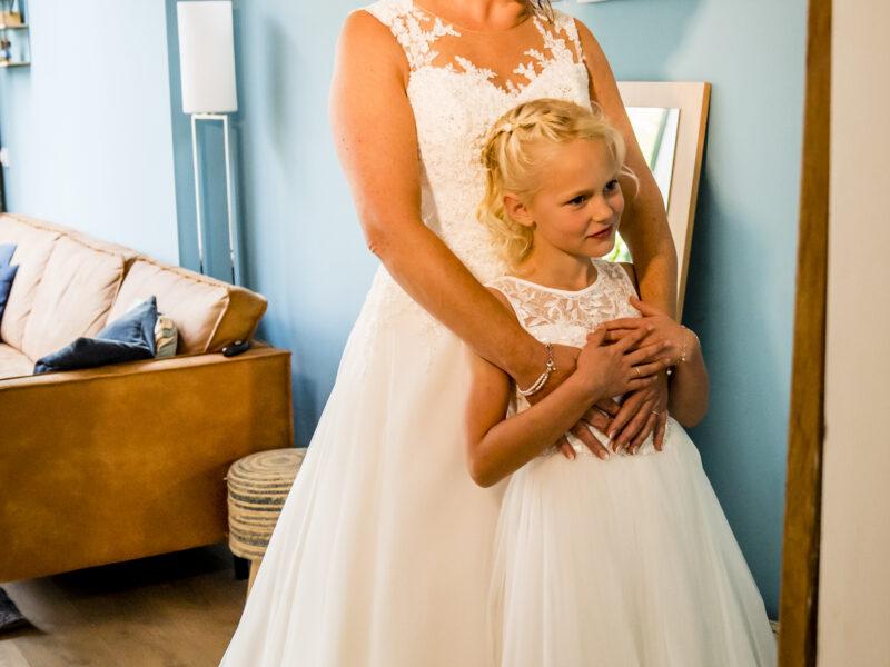 Bruid kijkt met bruidsmeisje in spiegel. Fotograaf Karin Keesmaat van Kijk-Kunst fotografie