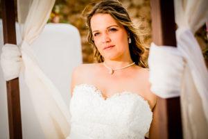 Bruid droomt weg. Foto: Karin Keesmaat fotograaf bij Kijk-Kunst fotografie. Jurk: Yalisa's Bruidsmode