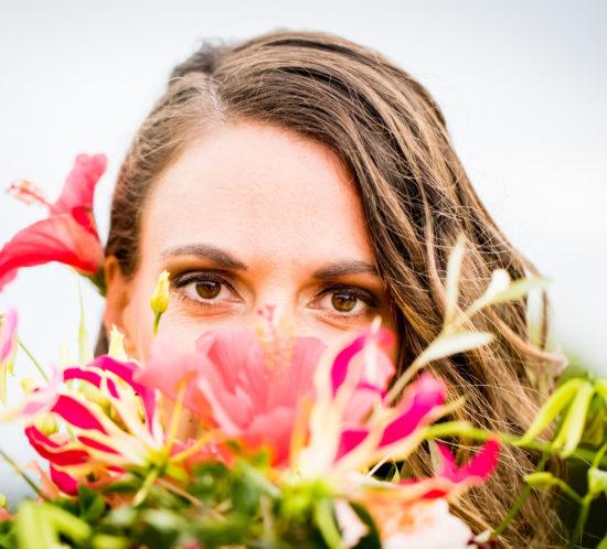 Ogen bruid met daaronder bloemen. Foto: Karin Keesmaat fotograaf bij Kijk-Kunst fotografie. Bloemen: Meesterlijk Geschikt.