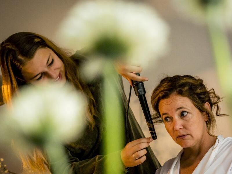 Visagist haarstylist krult haren bruid. Fotograaf Karin Keesmaat van Kijk-Kunst fotografie