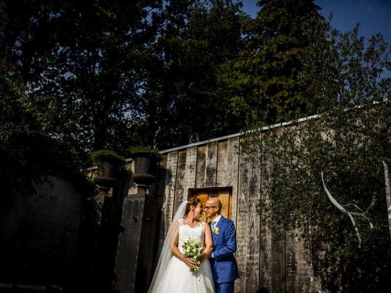 Bruidspaar staat voor muur. Fotograaf Karin Keesmaat van Kijk-Kunst fotografie