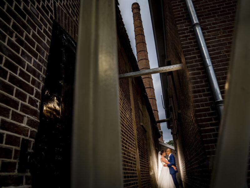 Bruidspaar in steeg. Fotograaf Karin Keesmaat van Kijk-Kunst fotografie
