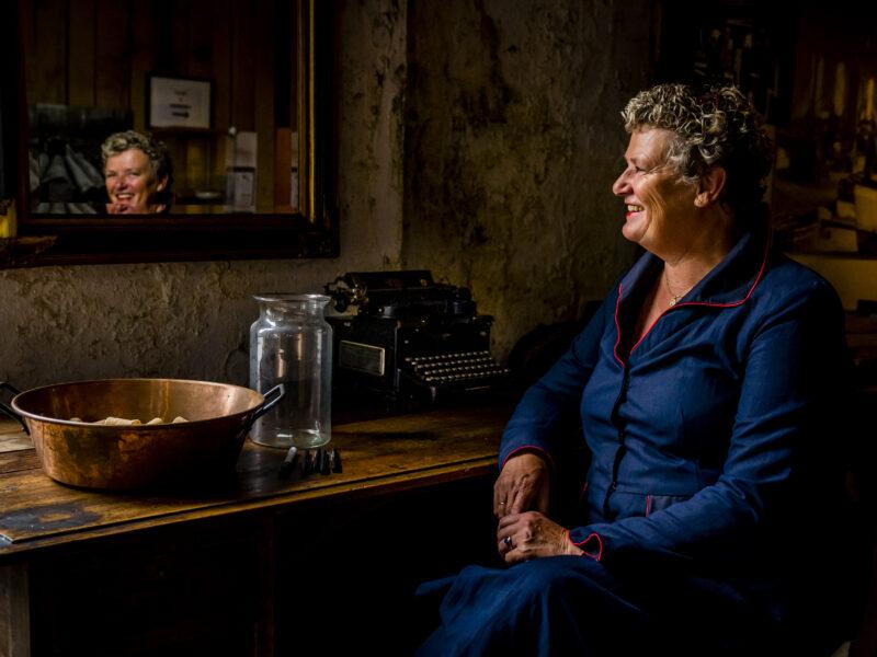 Trouwambtenaar Jeanette de Vos-Michel kijkt in spiegel. Fotograaf Karin Keesmaat van Kijk-Kunst fotografie