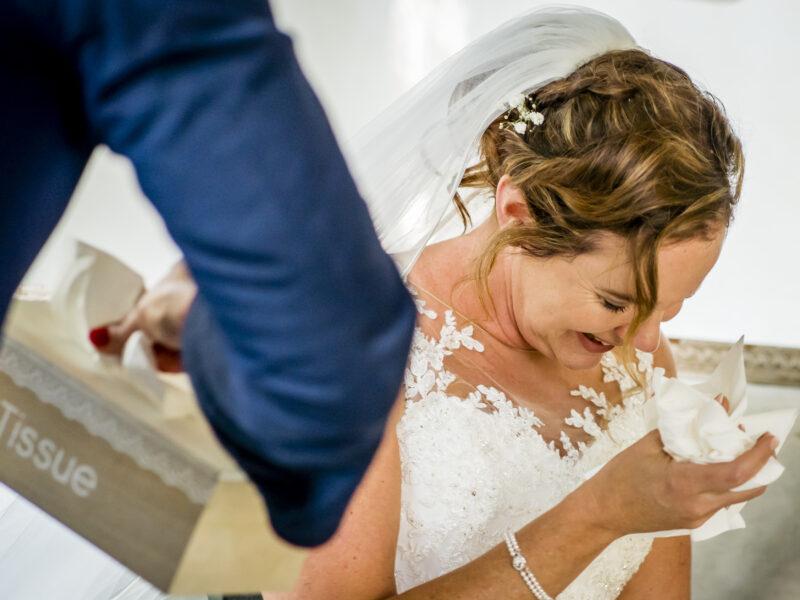 Bruid krijgt tissues van trouwambtenaar. Fotograaf Karin Keesmaat van Kijk-Kunst fotografie