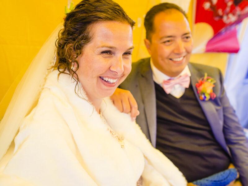 Lachend bruidspaar. Fotograaf Karin Keesmaat van Kijk-Kunst fotografie en Renske Kleverwal