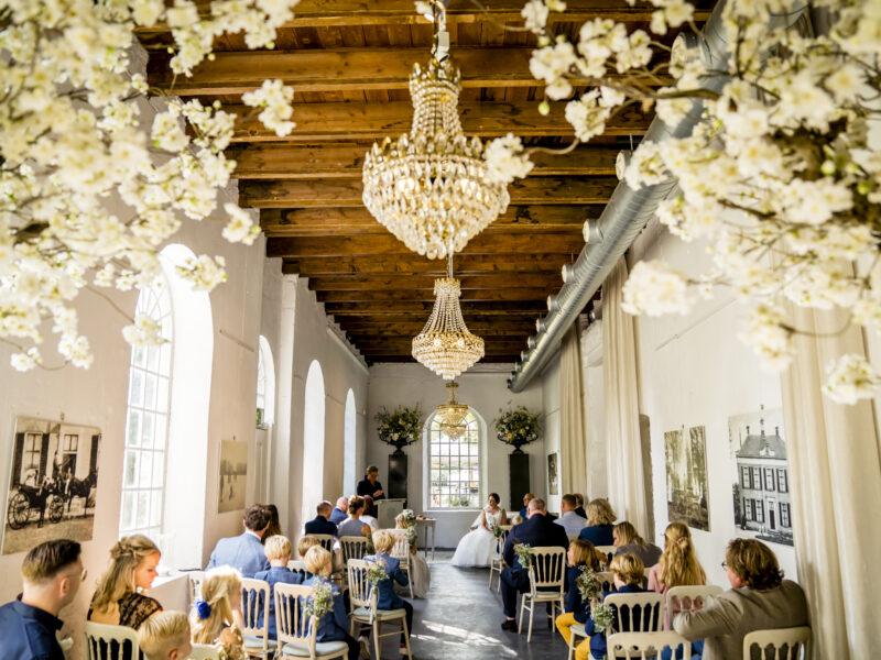 Ceremoniezaal Landgoed Klarenbeek gevuld met gasten. Fotograaf Karin Keesmaat van Kijk-Kunst fotografie