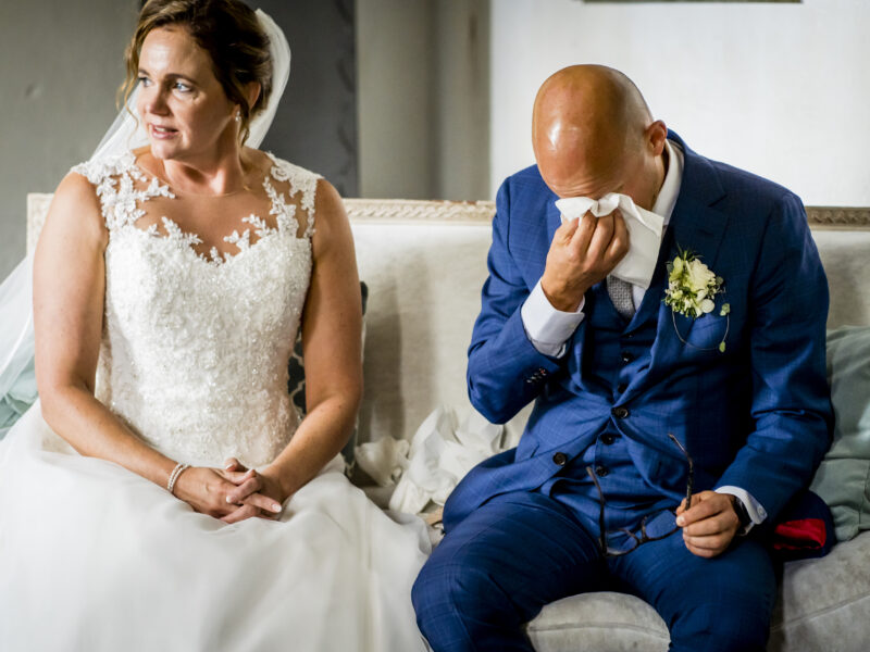 Bruidegom dept zijn ogen. Fotograaf Karin Keesmaat van Kijk-Kunst fotografie