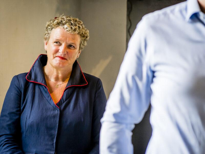 Trouwambtenaar Jeanette de Vos-Michel kijkt genietend. Fotograaf Karin Keesmaat van Kijk-Kunst fotografie