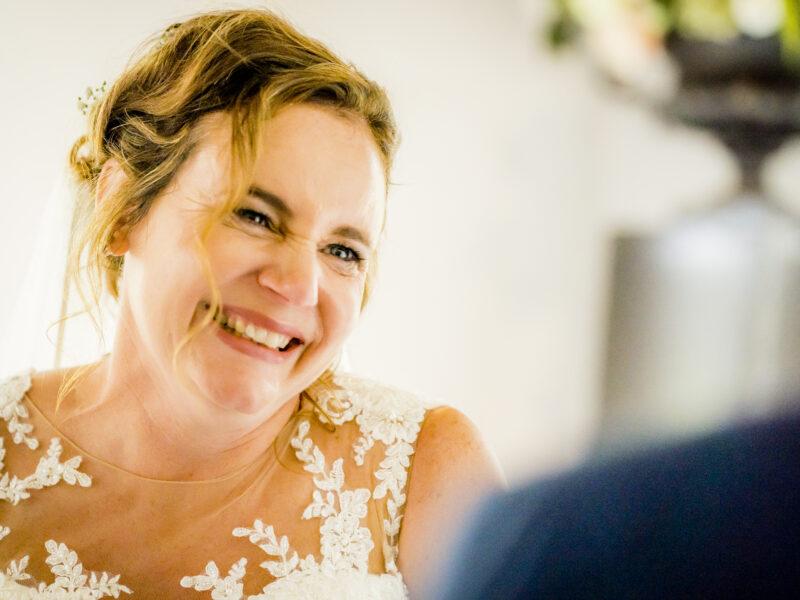 Bruid lacht naar bruidegom. Fotograaf Karin Keesmaat van Kijk-Kunst fotografie