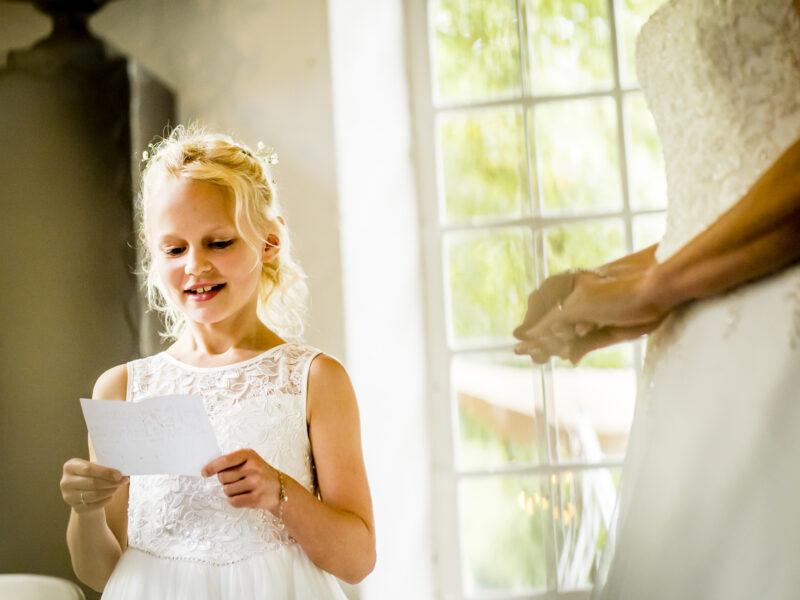 Bruidsmeisje leest gedicht voor. Fotograaf Karin Keesmaat van Kijk-Kunst fotografie