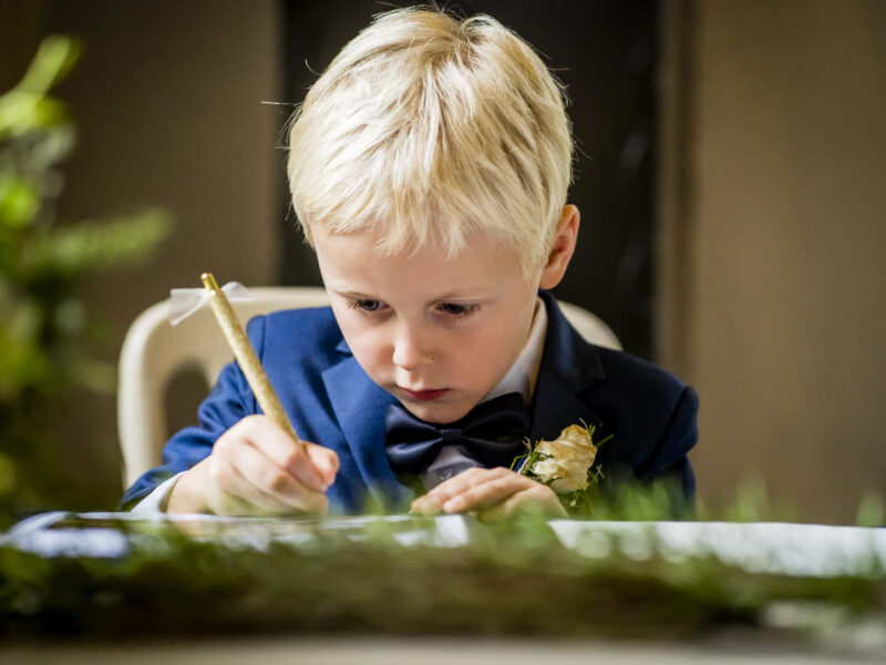 Bruidsjonker tekent kinderakte. Fotograaf Karin Keesmaat van Kijk-Kunst fotografie