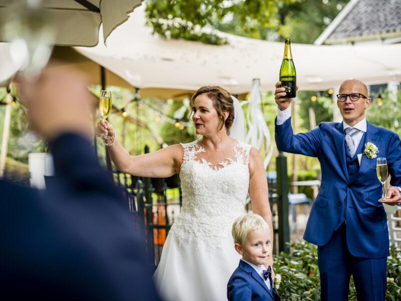 Bruidspaar toost met gasten. Fotograaf Karin Keesmaat van Kijk-Kunst fotografie