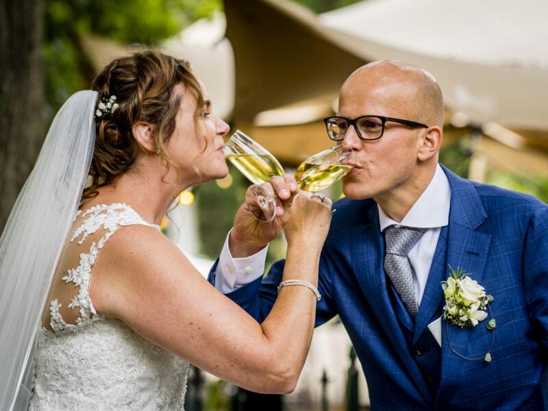 Bruidspaar drinkt champagne. Fotograaf Karin Keesmaat van Kijk-Kunst fotografie
