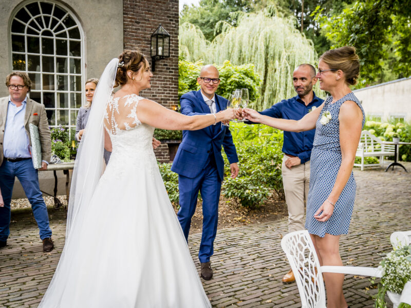 Bruidspaar proost met gasten. Fotograaf Karin Keesmaat van Kijk-Kunst fotografie