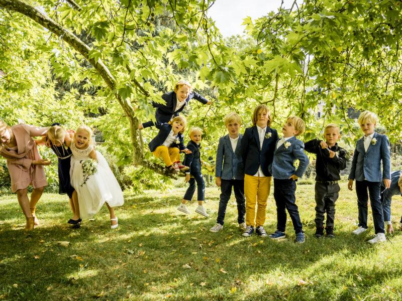 Kinderen bruiloft in boom. Fotograaf Karin Keesmaat van Kijk-Kunst fotografie