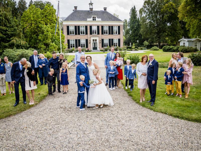 Bruidspaar met familie voor villa van Landgoed Klarenbeek. Fotograaf Karin Keesmaat van Kijk-Kunst fotografie