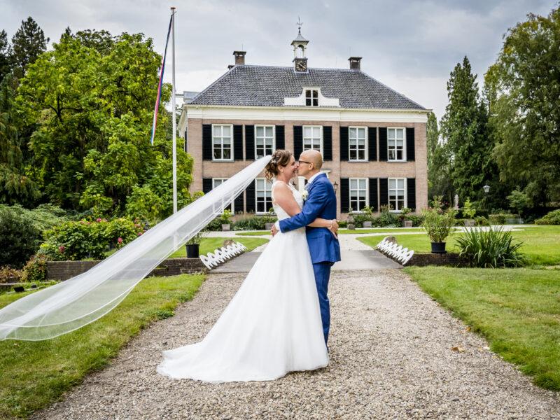 Bruidspaar voor villa van Landgoed Klarenbeek. Fotograaf Karin Keesmaat van Kijk-Kunst fotografie