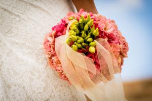Bruidsboeket roze en groen. Foto: Karin Keesmaat fotograaf bij Kijk-Kunst fotografie. Bloemen: Meesterlijk Geschikt. Jurk: Yalisa's Bruidsmode