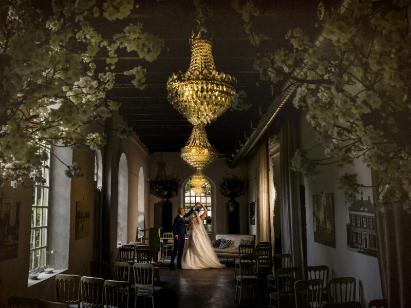 Bruidspaar uitgelicht in trouwzaal Landgoed Klarenbeek. Fotograaf Karin Keesmaat van Kijk-Kunst fotografie