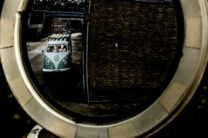 Volkswagenbus met bruidspaar in spiegel Zwitsal Apeldoorn. Foto: Karin Keesmaat fotograaf bij Kijk-Kunst fotografie