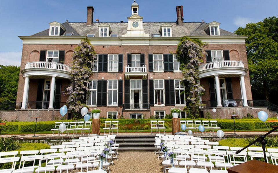 Landgoed Rhederoord vooraanzicht ceremonieopstelling met witte stoeltjes