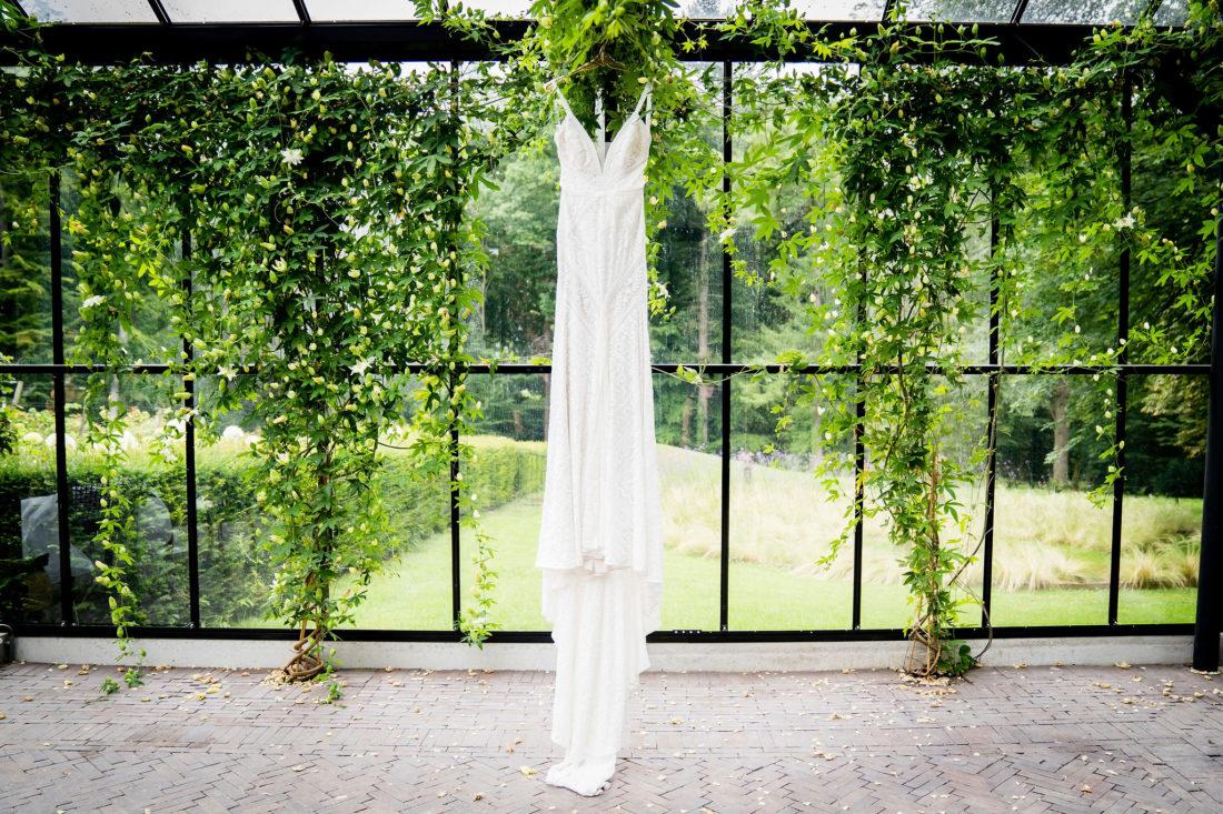 Bruidsjurk hangt in de kas Foto: Karin Keesmaat Kijk-Kunst fotografie