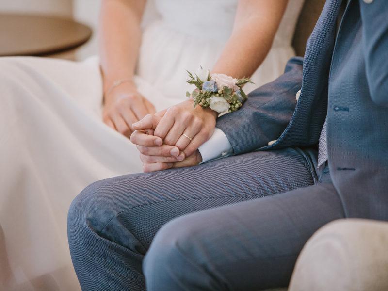 Bruid en bruidegom houden elkaars hand vast. Bruiloft Christiaan en Lydia, foto d-eYe photography