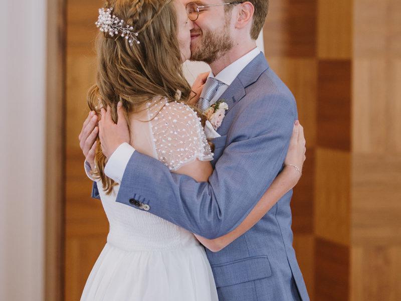 Bruid en bruidegom kussen elkaar. Bruiloft Christiaan en Lydia, foto d-eYe photography