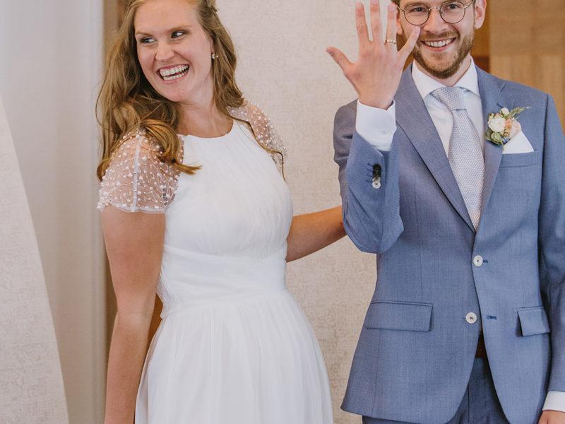Bruidegom laat ring zien. Bruiloft Christiaan en Lydia, foto d-eYe photography