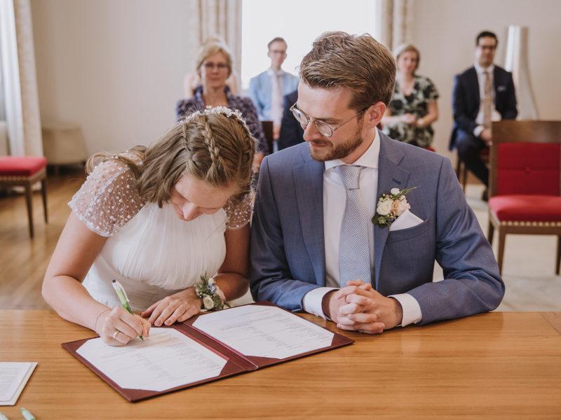 Bruid tekent voor huwelijk. Bruiloft Christiaan en Lydia, foto d-eYe photography