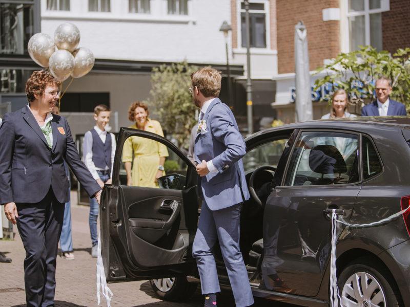 Bruidegom stapt uit auto. Bruiloft Christiaan en Lydia, foto d-eYe photography