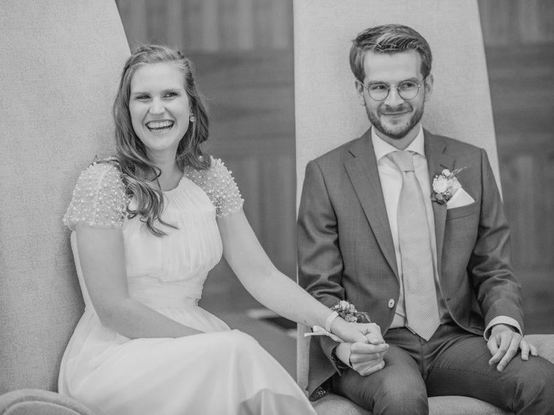 Bruid en bruidegom lachen om speech. Bruiloft Christiaan en Lydia, foto d-eYe photography
