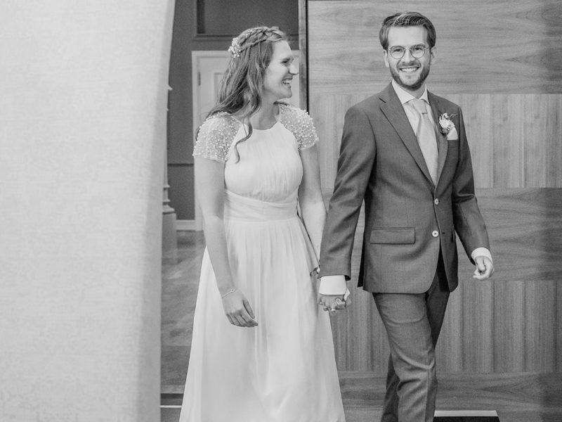 Bruid en bruidegom komen binnen in Raadhuis Apeldoorn. Bruiloft Christiaan en Lydia, foto d-eYe photography