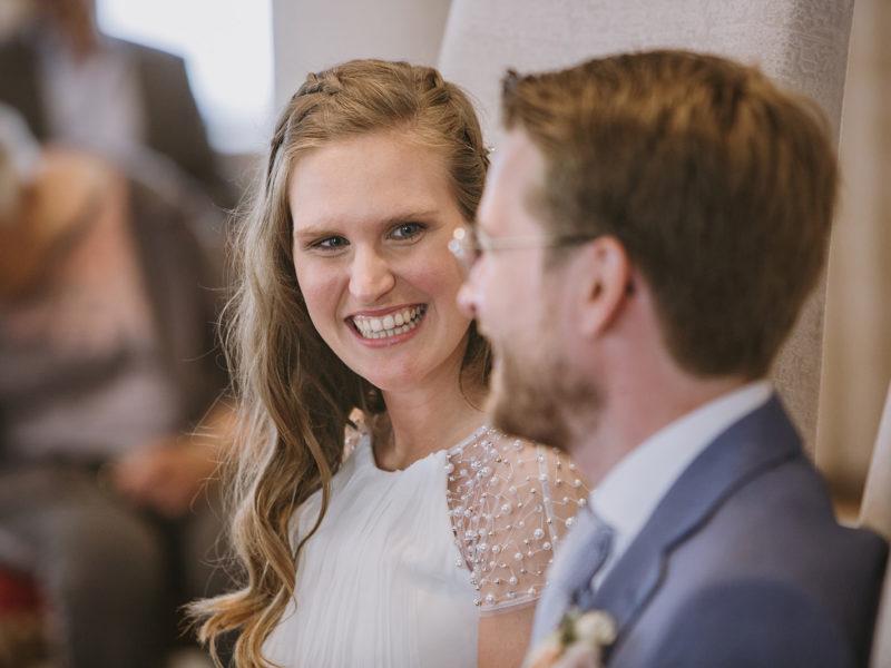Bruid lacht naar bruidegom. Bruiloft Christiaan en Lydia, foto d-eYe photography