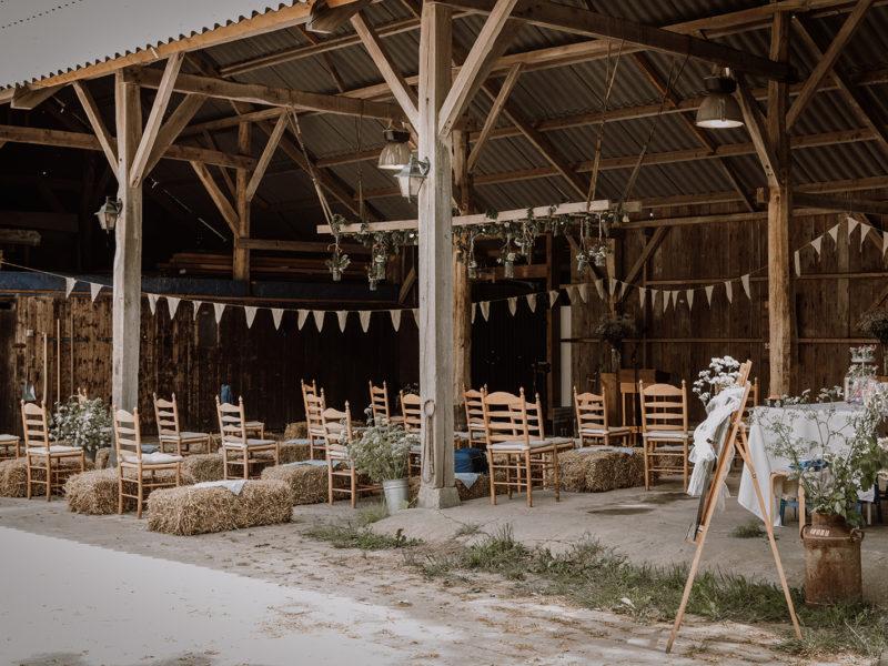 Hooischuur met stoelen op anderhalve meter afstand vanwege corona. Bruiloft Christiaan en Lydia, foto d-eYe photography