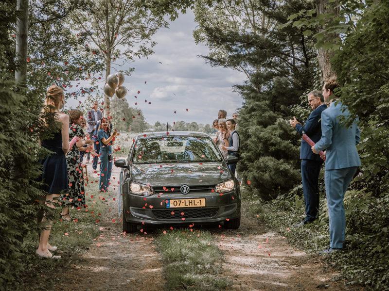 Auto komt aan. Bruiloft Christiaan en Lydia, foto d-eYe photography