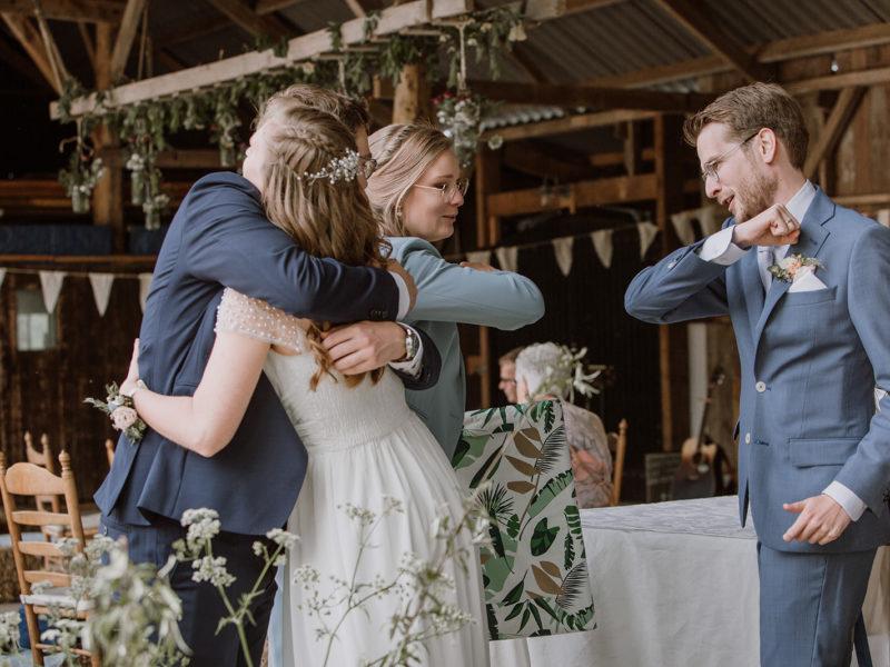 Knuffel en felicitatie op afstand. Bruiloft Christiaan en Lydia, foto d-eYe photography
