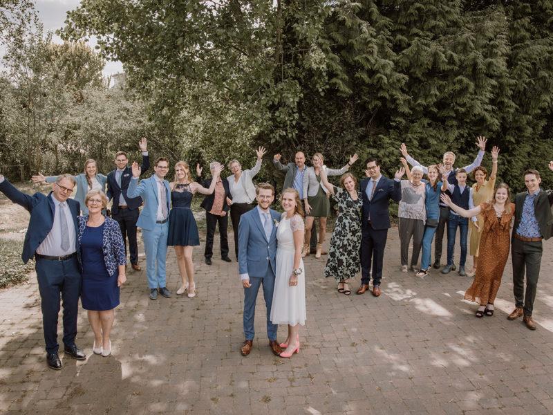 Groepsfoto met afstand vanwege corona. Bruiloft Christiaan en Lydia, foto d-eYe photography