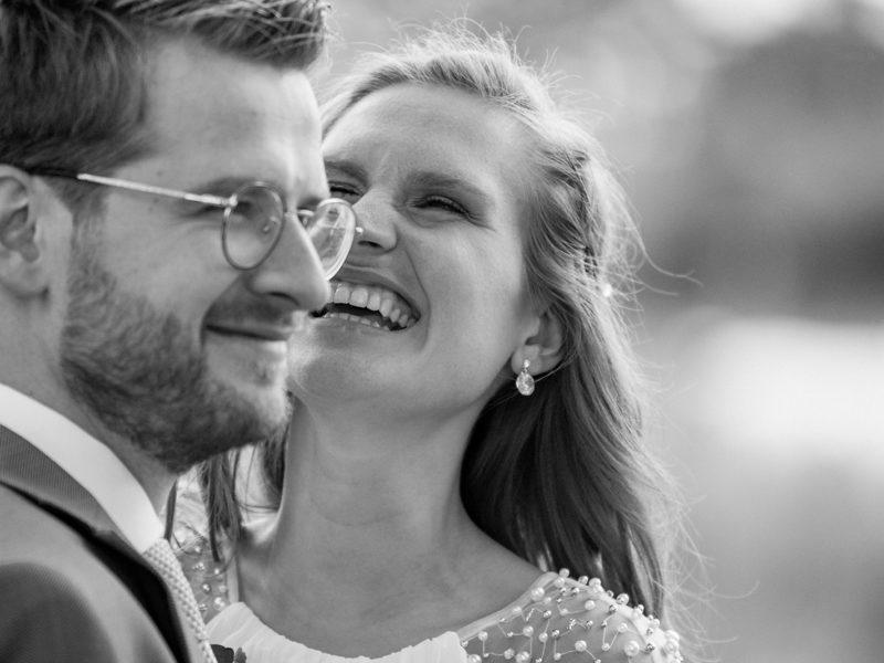 Bruid en bruidegom lachen. Bruiloft Christiaan en Lydia, foto d-eYe photography