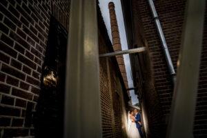 Bruidspaar onder schoorsteen Foto: Karin Keesmaat van Kijk-Kunst fotografie