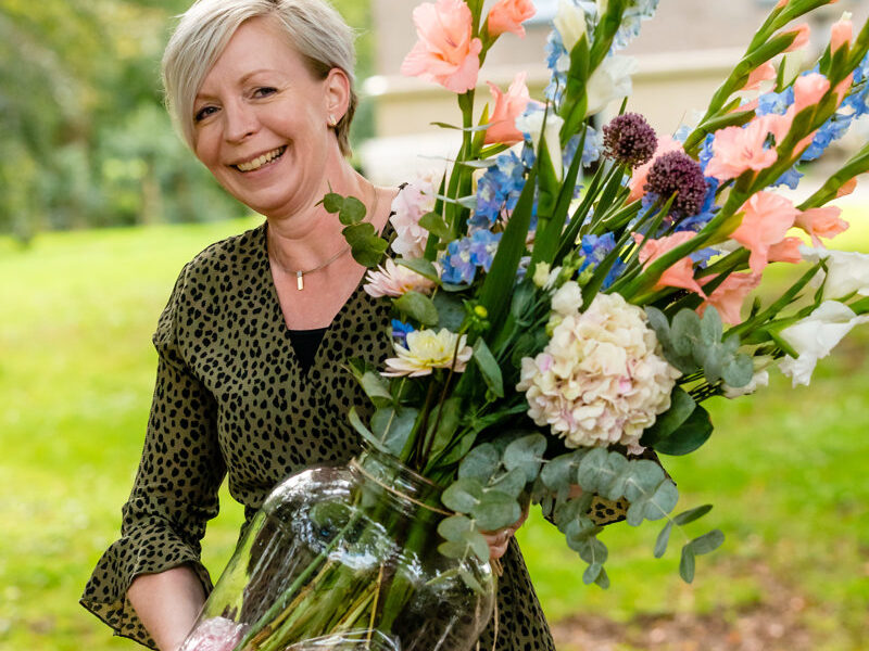 Weddingplanner Marian Krook-Lievestro van Stralend Middelpunt met grote vaas bloemen Isi fotografie